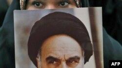 Një vajzë mban fotografinë e themeluesit të Republikës Islamike të Iranit, Ajatollah Ruhollah Khomeini. Teheran, 1 shkurt 2019.