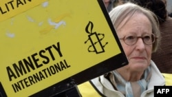 Amnesty International ұйымының белсенділері Ресей үкіметін Greenpeace ұйымы мүшелерін босатуды талап етіп тұр. Париж, 31 қазан 2013 жыл. (Көрнекі сурет)