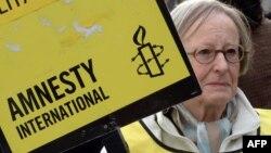 Участница Amnesty International на одной из акций организации в Париже. Иллюстративное фото.