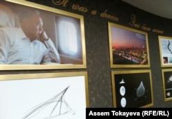 """Фотография президента Казахстана Нурсултана Назарбаева с проектными рисунками и снимками на стене развлекательного центра """"Хан Шатыр"""" в Астане под общим заголовком """"Это была мечта""""."""