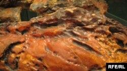 Необроблений бурштин, видобутий на Рівненщині. Має цілющі властивості