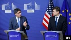 Министр финансов США Джек Лью (слева) и вице-президент Европейской комиссии Валдис Домбровскис на пресс-конференции после встречи в штаб-квартире Еврокомиссии в Брюсселе, 26 января 2015 года