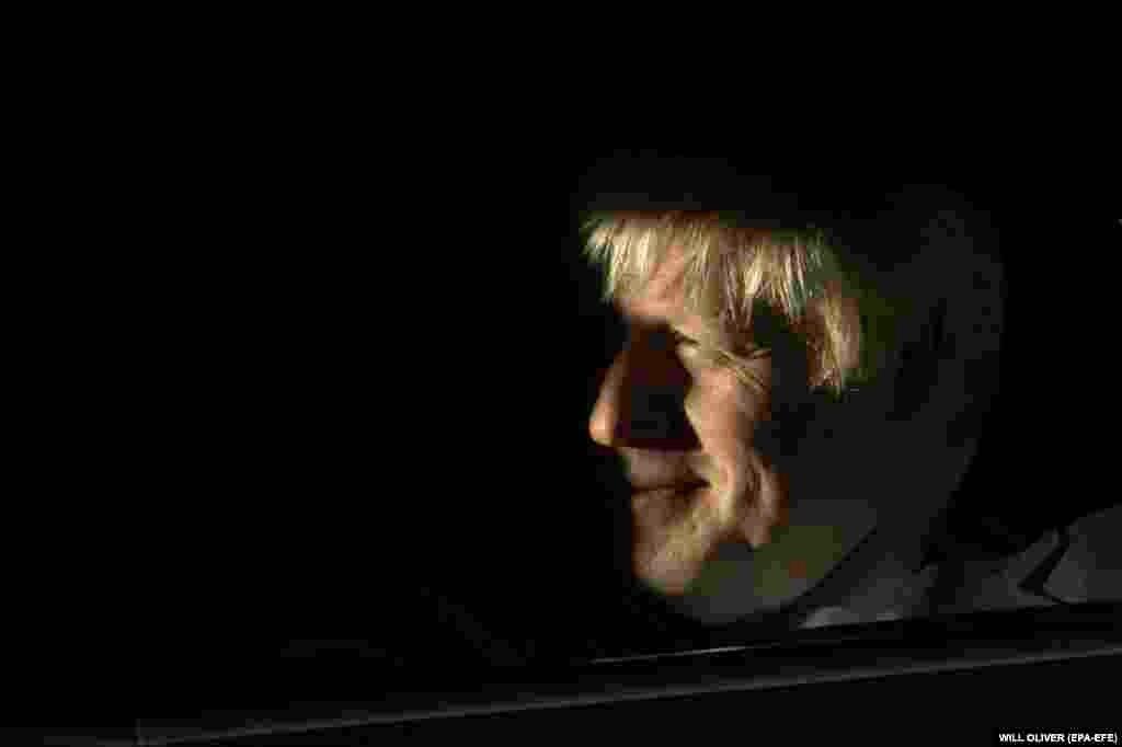 ВЕЛИКА БРИТАНИЈА - Британскиот премиер Борис Џонсон изјави дека не е подготвен ниту да размислува за оставка, и дека ќе замине во Брисел, ќе обезбеди договор и Велика Британија ќе излезе од ЕУ на 31 октомври.