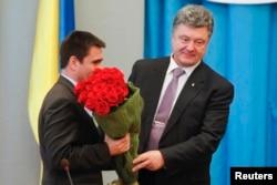 Новый глава МИД Украины Павел Климкин (слева) получил букет цветов от президента Петра Порошенко