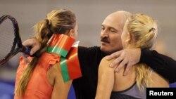 Belarus prezidenti Alexander Lukashenko danimarkalı tenisçi Caroline Wozniacki (sağda) və belaruslu Victoria Azarenka ilə birlikdə. 19 noyabr 2010. Minsk