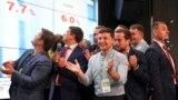 Zelensky aplaudând împreună cu echipa sa rezultatul alegerilor după scrutinul parlamentar de duminică