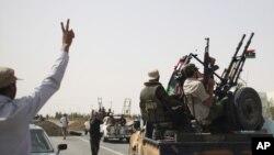 Ливийские повстанцы во время боев со сторонниками Каддафи