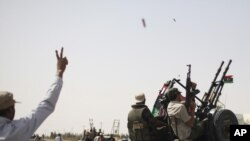 Ливийские повстанцы, приближающиеся к городу Бани-Валид