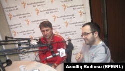 """Zahir Əzəmət və Qan Turalı AzadlıqRadiosunun Bakı studiyasında. """"Pen klub"""" verilişi, 6 yanvar 2011"""