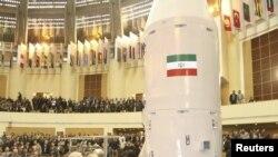 Иранскиот претседател Махмуд Ахмадинеџад на церемонијата за сателитите во Техеран