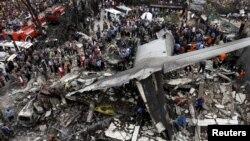 Более 110 человек погибли в Индонезии при падении военного самолета на город