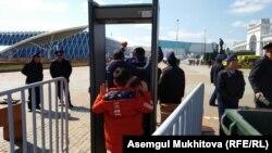 Взрослых и детей пропускают через металлодетектор у столичной площади, где 1 мая проводятся мероприятия по случаю Дня единства народа Казахстана. Нур-Султан, 1 мая 2019 года.