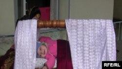 Тәжіктің ұлттық бесігі – гахворада жатқан нәресте. Душанбе, 4 наурыз 2009 жыл.