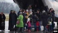 Семьи польского происхождения, живущие на Донбассе, прибыли в военный аэропорт Крулево Мальборске