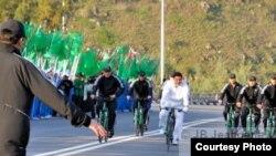 Köpsanly beýleki meselelerde bolşy ýaly, döwlet lideriniň goragy meselesinde-de Türkmenistanyň öwrenmegi üçin dünýä döwletlerinde ýerlikli tejribeler az däl. (Surata düşüren: Jean-Baptiste Jeangene Vilmer )