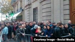 Shtetasit rumunë duke pritur në radhë për të votuar në Paris.