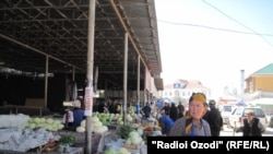 Тажикстандагы базарлардын бири. (Архивдик сүрөт).