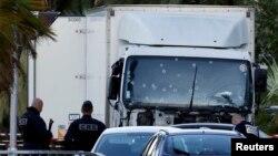 Ֆրանսիա - Ոստիկանները բեռնատարի մոտ, որով իրականացվել է Նիսի ահաբեկչական հարձակումը, 15-ը հուլիսի, 2016թ․