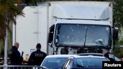 نیروهای پلیس و امدادی فرانسه در برابر کامونی که راننده آن با سرعت زیاد به مردم در نیس فرانسه حمله کرد و شماری از آنان را زیر گرفت