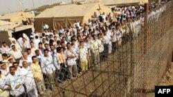 معتقلون بإنتظار إطلاق سراحهم من سجن أبو غريب