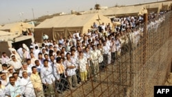 Әбу-Грейб түрмесінен бостандыққа шығуын күтіп тұрған тұтқындар. Ирак, маусым, 2006 жыл. (Көрнекі сурет)