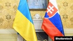 Український і словацький прапори (ілюстраційне зображення)