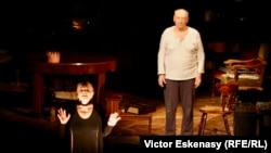 """Mariana Mihuț & Victor Rebengiuc în """"Regele moare"""" de Eugen Ionescu pe scena Teatrului Național"""