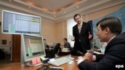 Российский рынок сильно падает уже месяц на фоне политических рисков и негативных бизнес-поводов