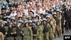 Правоохоронці відводять польських уболівальників на стадіон після сутички з українськими, Київ, 20 серпня 2015 року