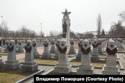 Среди могил солдат Красной армии на советском военном мемориале в Праге могут быть похоронены и бойцы РОА
