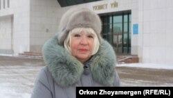 «Әлеуметтік жұмысшылар кәсіподағының» басшысы Ольга Рубахова үкімет үйінің алдында тұр. Астана, 19 қаңтар 2017 жыл.