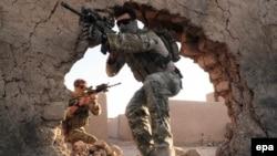 Австралийские солдаты патрулируют местность в провинции Урузган, Афганистан.