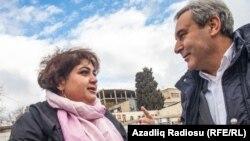 Қамауда отырған әзербайжандық журналист Хадиджа Исмаилова (сол жақта). (Көрнекі сурет)