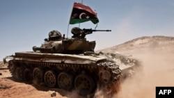 Тенк на бунтовниците, стациониран на 50 км од Триполи