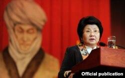 Қырғызстан президенті Роза Отынбаева Құрманжан датқаның 200 жылдығына арналған жиында сөйлеп тұр. Бішкек, 6 қазан, 2011 ж.