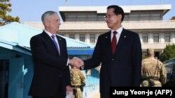 Американскиот секретар за одбрана Џејмс Матис и јужнокорејскиот министер за одбрана Сонг Јанг-Му се среќаваат во селото Панмунџом во демилитаризираната зона меѓу Северна и Јужна Кореја