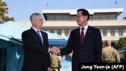 جیمز متیس (چپ) وزیر دفاع آمریکا همراه با سونگ میونگ- سو، همتای کره جنوبی خود در سئول.
