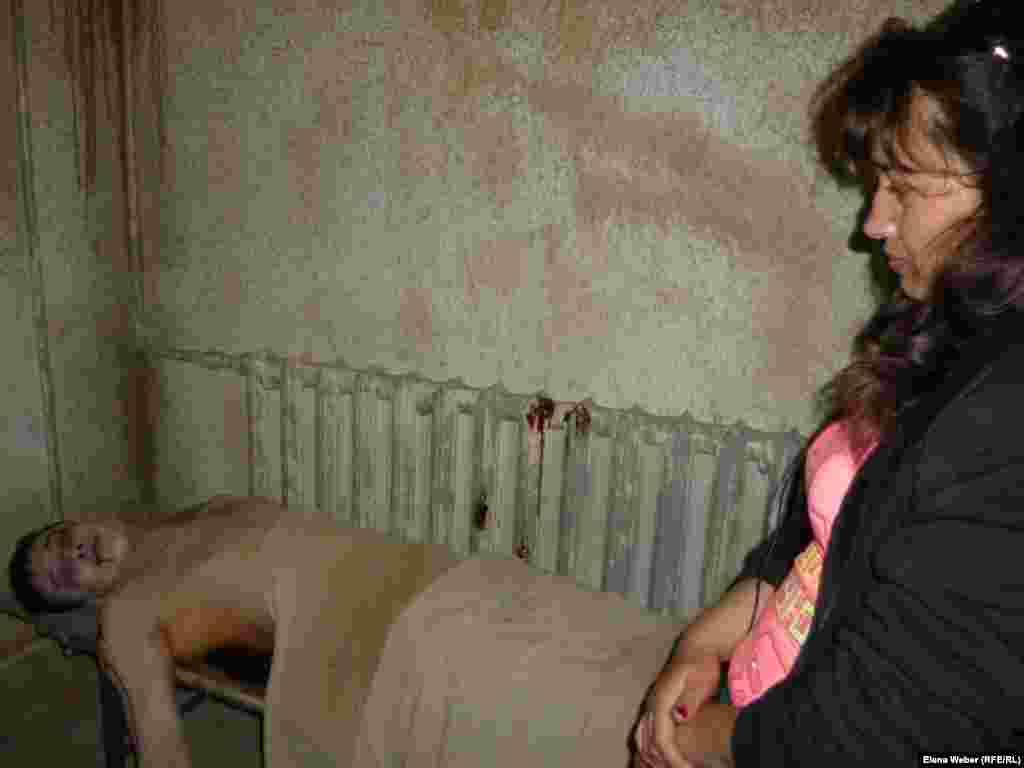 Сотрудник музея сыграл роль замученного пытками узника Карлага. Участники ночной экскурсии смогли окунуться в атмосферу ужаса, происходящего с заключенными в камере пыток.