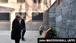 Ангела Меркель і Матеуш Моравецький поклали вінки до «Стіни смерті» в Освенцимі, 6 грудня 2019 року