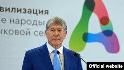 Алмазбәк Атамбаев форумда чыгыш ясый