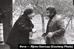 Паэт Рыгор Барадулін і скульптар Анатоль Анікейчык