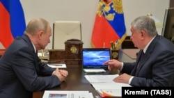 Владимир Путин (слева) и Игорь Сечин в Ново-Огарево