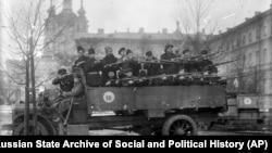 Червоногвардійці біля будівлі Смольного інституту, який був обраний Володимиром Леніним як більшовицький штаб. Жовтень, 1917 рік