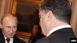 Presidenti rus, Vladimir Putin dhe ai ukrainas Petro Poroshenko, gjatë takimit sot ne Milano të Italisë.