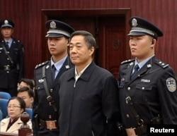 Кытай компартиясынын өмүр бою эркинен ажыратылган көрүнүктүү ишмери Бо Силай (ортодо) сот залында. 25-октябрь 2013