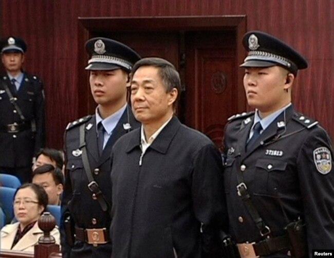 Бо Силай на судебном процессе, октябрь 2013 года