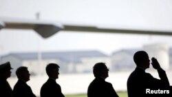 ولسمشر بارک اوباما په افغانستان کې د وژل شویو امریکايي سرتېرو تابوتونو ته سلامي کوي