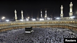 Паломники во время молитвы вокруг Кааба в Заповедной мечети Мекки, 23 октября 2012 года.