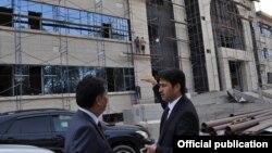 Талантбек Батыралиев и Али Муслу у здания строящейся больницы (фото пресс-центра Минздрава КР), 5 сентября 2017 г.