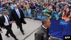 Президент США Барак Обама під час виборчої кампанії. Позаду – його охоронці